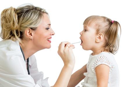 pediatra: bebé inspector médico aislado en fondo blanco