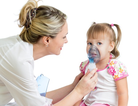 aparato respiratorio: Doctor holding inhalador m�scara para respirar ni�o, hospital