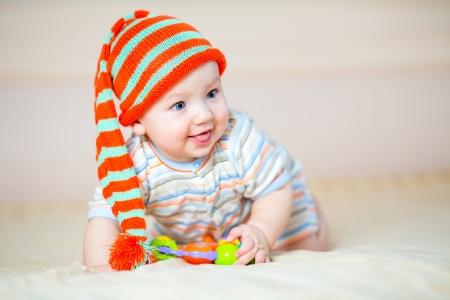 bebe gateando: chico lindo bebé gatear jugando en casa