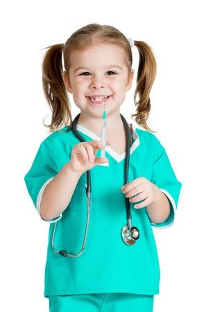 백신: 흰색 배경에 고립 된 주사기와 의사를 재생하는 아이 소녀 스톡 사진