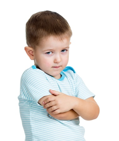 Junge Kind isoliert auf weißem Hintergrund verärgert