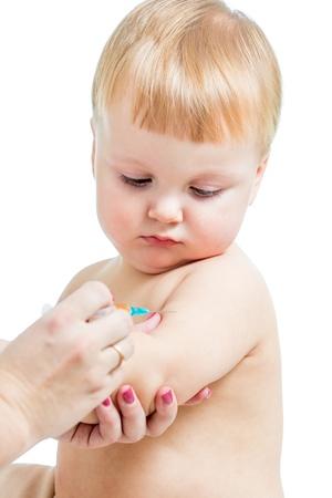 pediatra: m�dico beb� vacunaci�n aislado en un fondo blanco