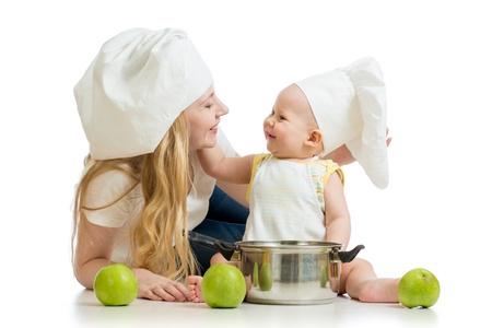 ni�os cocinando: la madre y el beb� con las manzanas verdes aisladas sobre fondo blanco
