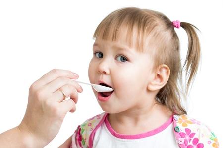 medicamentos: m�dico que den medicamento para ni�a ni�o aislado en blanco
