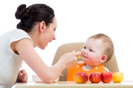 mujer hijos: joven madre alimenta a su bebé