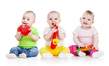 pandero: Los niños que juegan con juguetes musicales aislados en fondo blanco