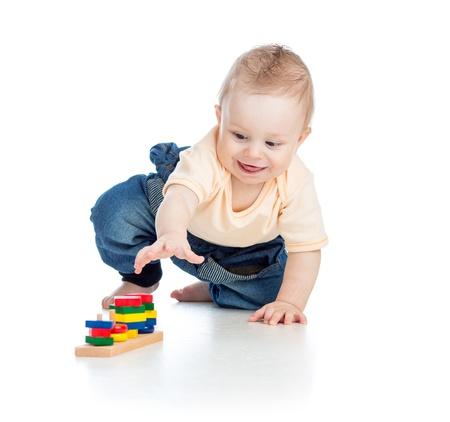 bebe gateando: pequeño bebé jugando con bloques de construcción