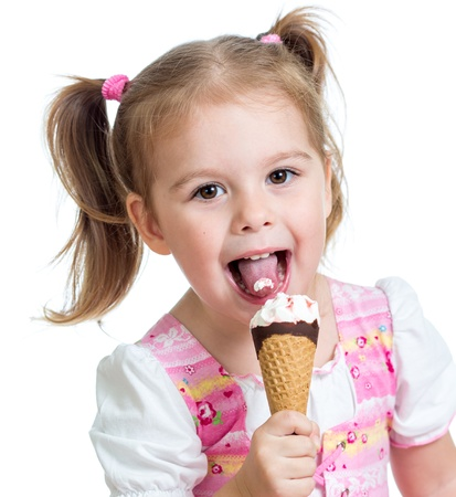 licking in isolated: gioiosa ragazza bambino di mangiare il gelato in studio isolato