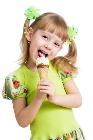 helados: chica chico feliz comiendo helado en estudio aislado Foto de archivo