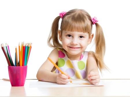 niños pintando: linda chica dibujo con lápices de colores Foto de archivo