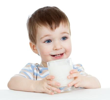 leche y derivados: baby boy beber yogur o kefir aislado en blanco Foto de archivo