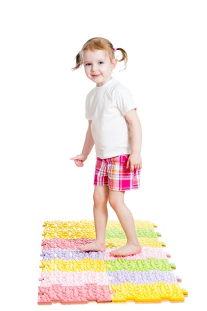 massage enfant: petite fille à lui masser les pieds sur le tapis Banque d'images