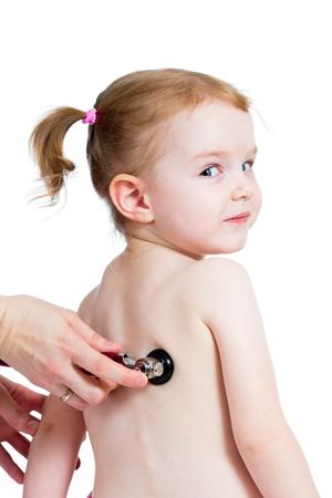 pediatra: Pediatra examinar niña niño con el estetoscopio aislado en blanco