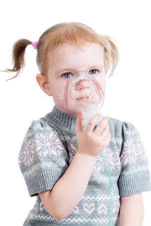 aparato respiratorio: kid girl holding inhalador máscara Foto de archivo