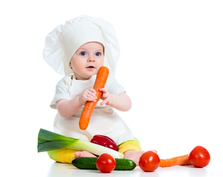 bebe sentado: cocinar ni�a aislado en blanco