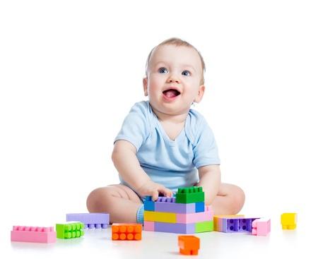 infante: muchacho ni�o jugando con juego de construcci�n m�s de fondo blanco