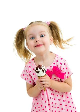 eating ice cream: capretto ragazza felice mangiare il gelato in studio isolato