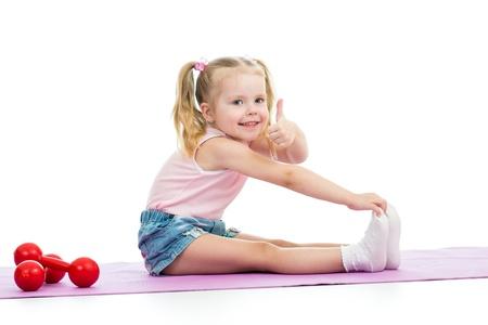 pulgar levantado: Ni�o chica haciendo ejercicios y muestra el pulgar hacia arriba Foto de archivo