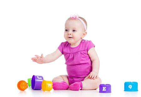 petite fille jouant
