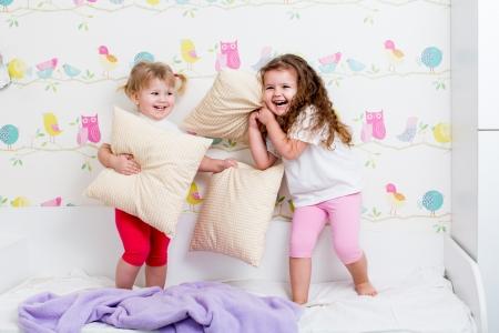fight girl: bambini sorelle giocando in camera da letto Archivio Fotografico