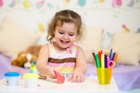 ni�os jugando en la escuela: Ni�o jugando con plastilina de colores