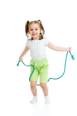 enfant fille sautant à la corde isolé