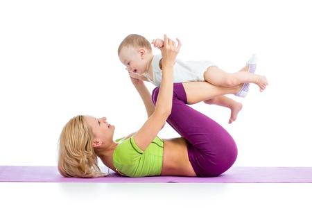 madre y bebe: madre con el beb� haciendo gimnasia y ejercicios de fitness