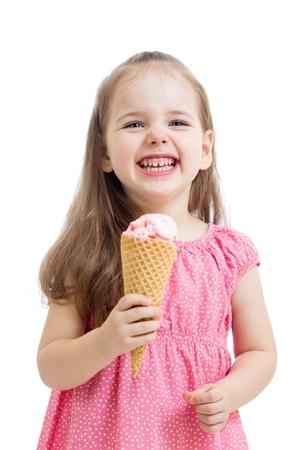 meisje eten: vreugdevolle kind meisje eten van ijs in studio geà ¯ soleerd