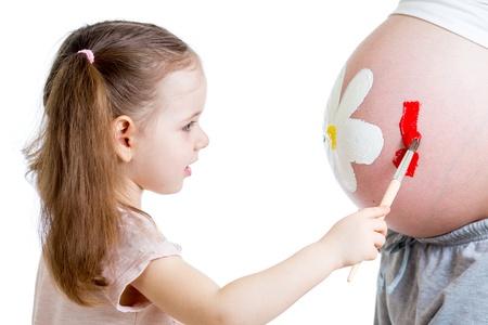 vientre femenino: chico lindo madre muchacha pintura Foto de archivo