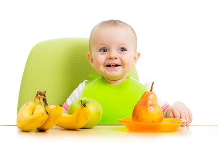 comiendo platano: bebé feliz comiendo frutas