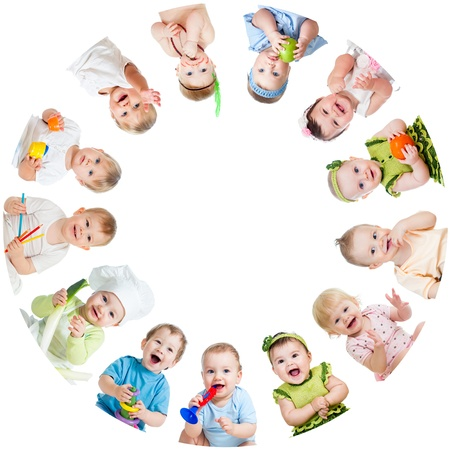 bebekler: Daire içinde düzenlenmiş gülümseyen çocuklar bebekler çocukların Grubu Stok Fotoğraf