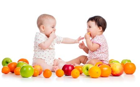 naranjas: Bebés que comen frutas Foto de archivo