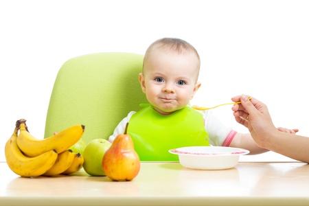 moeder lepel voeden baby meisje Stockfoto