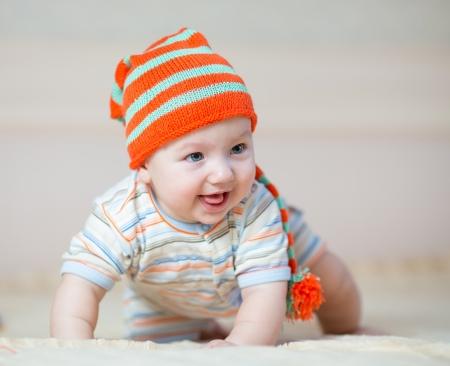bebe gateando: Lleva beb? feliz en el sombrero
