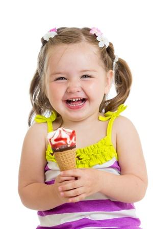 comiendo helado: alegre niña comiendo helado aislado