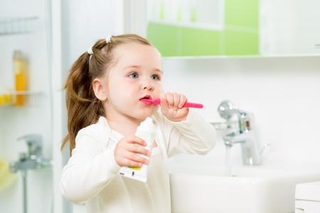 Child ragazza lavarsi i denti in bagno Archivio Fotografico - 21144479