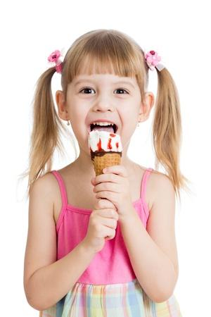 おいしいアイスクリームを食べる子供