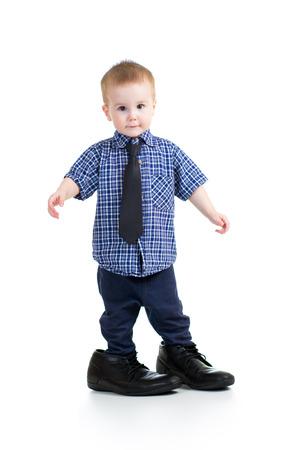enfant garçon essayant sur les chaussures du père