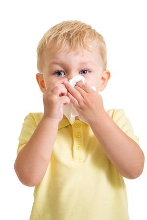 흰색에 고립 된 티슈로 코를 청소하는 아이