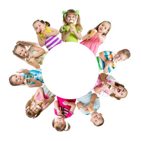 dětství: Skupina dětí nebo dětí, jíst zmrzlinu v kruhu