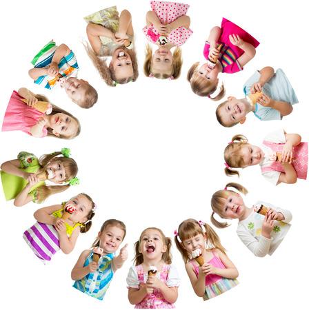 eating ice cream: Gruppo di ragazzi o bambini mangiare il gelato in circolo