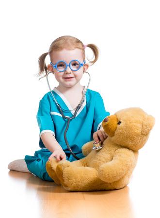 ragazza malata: bambino che gioca medico con il giocattolo