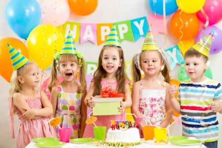 kinderen of kinderen op verjaardagsfeestje Stockfoto