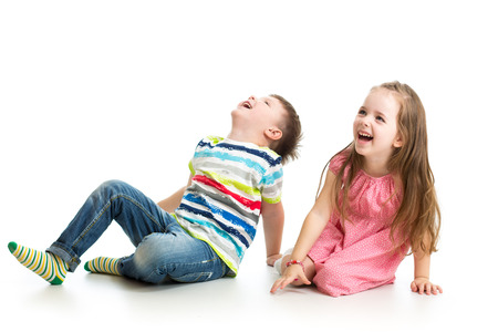 ni�as jugando: ni�os chico y chica mostrando algo Foto de archivo