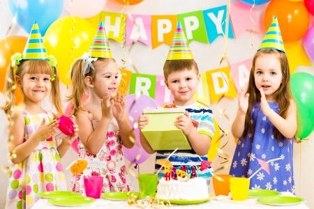 enfant  garcon: enfants heureux c�l�brant l'anniversaire vacances Banque d'images