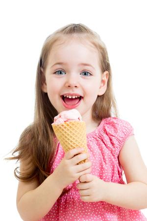 meisje eten: vreugdevolle kind meisje eten van ijs Stockfoto