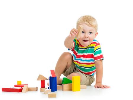 juguetes de madera: hijo ni�o que juega los juguetes de madera Foto de archivo