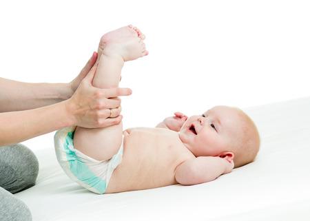 massage enfant: mère faire de la gymnastique son bébé Banque d'images