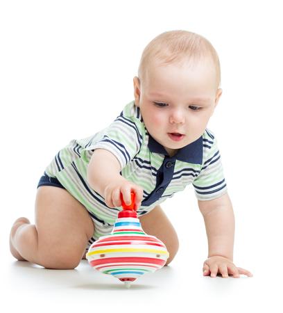 perinola: beb� jugando con molinete de juguete