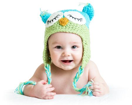 Bebé en gracioso sombrero hecho punto búho búho en fondo blanco Foto de archivo - 25088468